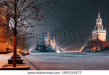Moscow, Russia New Year. Saint Basil's Cathedral on the background. Christmas holidays, snowy winter night landscape. Festively decorated Red Square in snow. Foto stock ©