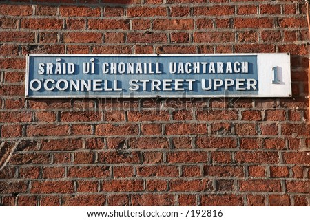 Most important street of Dublin - name written in English and Irish