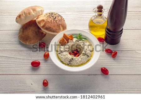 motabal with bread oil and tomato top view Foto stock ©