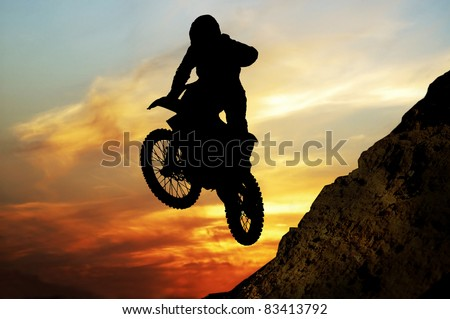 Mototsyklist to jump off a cliff