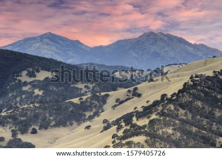 Mount Diablo as seen from the summit of Round Valley Regional Preserve on a summer sunset. Contra Costa County, California, USA. Foto stock ©