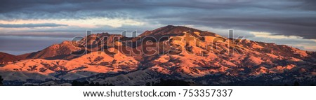 Mount Diablo panorama taken from the West with glowing sun on the mountain during early susnset Foto stock ©