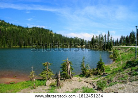 Mountain lake in the Canadian Rocky Mountains in British Columbia. A sereen and beautiful place. Stockfoto ©