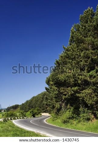 estrada da montanha com o céu azul bonito