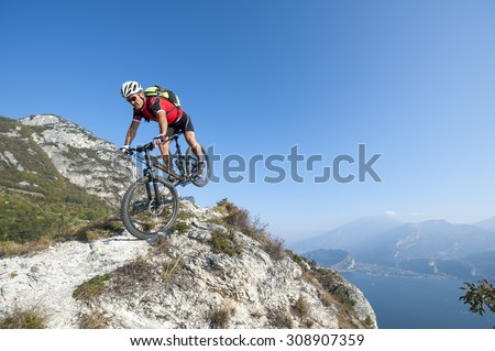 mountainbiker to go down