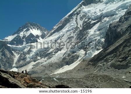 Las montañas por el camino a Everest el Campo Despreciable