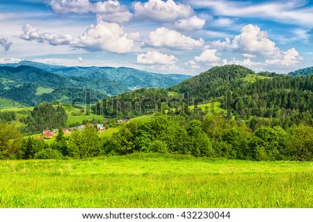 Mountains scenery. Panorama of grassland and forest in Beskid Sadecki mountains. Carpathian mountains landscape, Poland. Foto stock ©