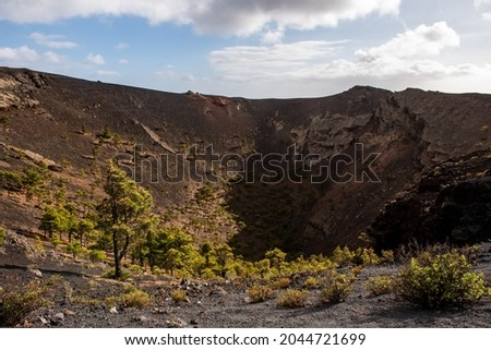 Mouth of some of the volcanoes, with ancient lava and pine trees before eruption in Cumbre Vieja Natural Park, Canary Islands, Spain Foto stock ©