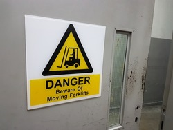 Moving forklifts precaution sign