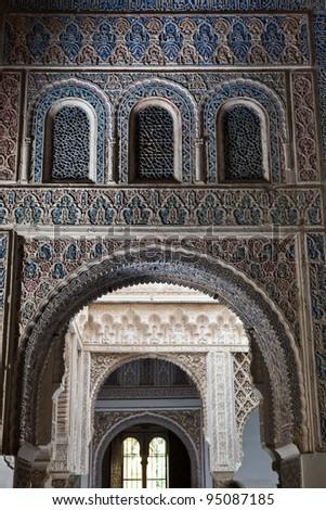 Mudejar arches from the Patio de las Munecas (Wrists court) in the Royal Alcazar of Sevilla, Spain. UNESCO World Heritage Site Foto stock ©