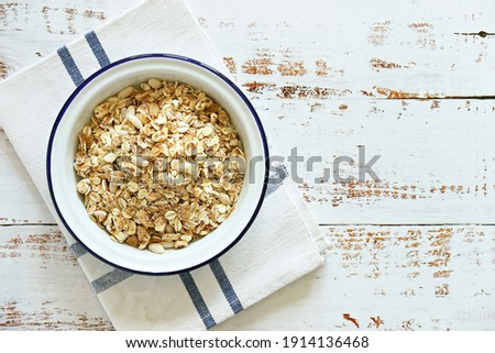 Muesli cereal mix in a vintage bowl . Wooden background, copy space Foto stock ©