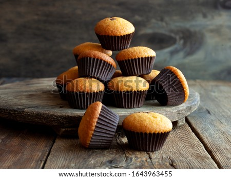 Muffins - delicious pastries. Delicious dessert on the table - homemade muffins. Portioned cupcakes. Simple muffin. Photo stock ©