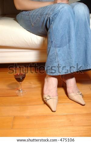 mulher que relaxa com um vidro do vinho - stock photo