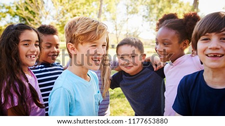 Multi-ethnic group of schoolchildren laughing, outdoors Foto stock ©