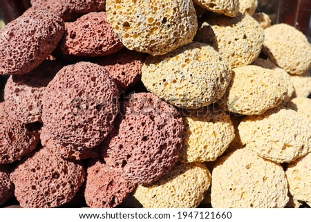 multicolored pumice stone in wicker baskets on wooden tables Stockfoto ©