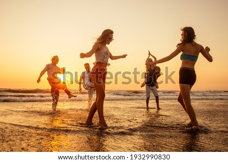 multicultural multinational happy people running into the sun carefree and happiness, vacation on sea Foto d'archivio ©