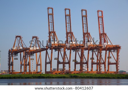 Multiple Carnes for lifting containers from a ship