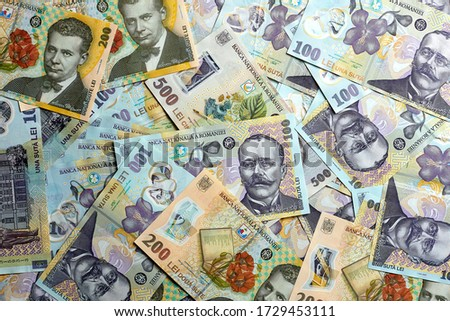 Multiple Romanian RON banknotes laying flat on a white surface  Foto stock ©