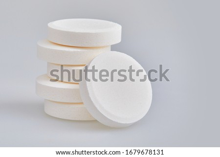 Multivitamin effervescent tablet pills. Vitamin C soluble pills. Fizzy Vitamin C for Drink, 500mg Foto d'archivio ©