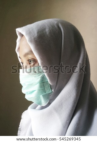 Muslim woman with white veil & health masker illustrate the prevention of heatstroke, MERS & meningitis while pilgrim / hajj, air pollution, also illustrate medical worker/scientist close up from side #545269345