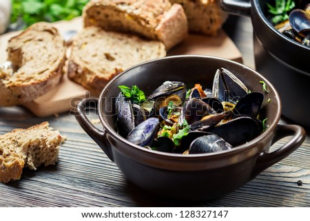 Mussels prepared at home with bread