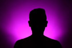 Mysterius man silhuette on purple backgroup