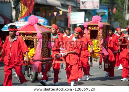 NAKHONSAWAN,THAILAND - FEBRUARY 13: Chinese Traditions And Customs Parade In Chinese New Year on February 13, 2013 in Nakhonsawan Province,Middle of Thailand.