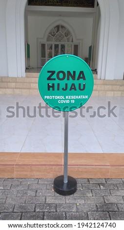 nameplate instructions that read 'ZONA HIJAU PROTOKOL KESEHATAN COVID-19' Stok fotoğraf ©