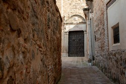 Narrow street at the jewish quarter of the ancient city of Toledo, Spain. Samuel Levi street close to the El Greco house-museum.