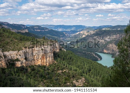 Natural environment of Cortes de pallás, in Valencia (Spain), with views of its mountains, Chirel Castle and its coniferous forests. On a sunny and cloudy day. Foto stock ©
