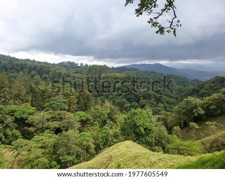 Naturaleza, Montañas y contraste entre verano e invierno. Foto stock ©