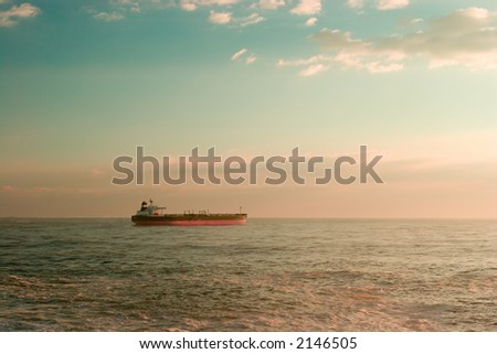 Nave grande dell'olio che lascia il porto, mattina inanticipo - stock photo