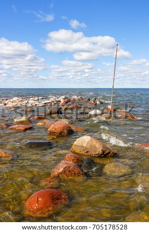 Navigation mark on a reef with horizon over water Foto stock ©