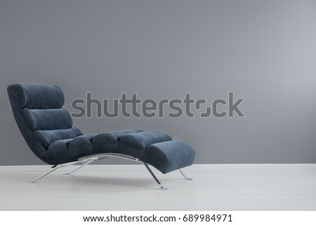 Navy blue chaise lounge with metallic elements in spacious apartment Foto stock ©