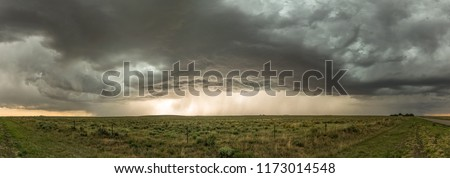 Near the Black Mesa State Park, at the border of Oklahoma and New Mexico, we had a great view of a spectaculair thunderstorm.