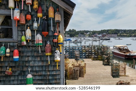 New England Lobster Fishing Dock:  Marker buoys for lobster traps decorate the side of a fishing shack on a wharf in Maine.  Foto d'archivio ©