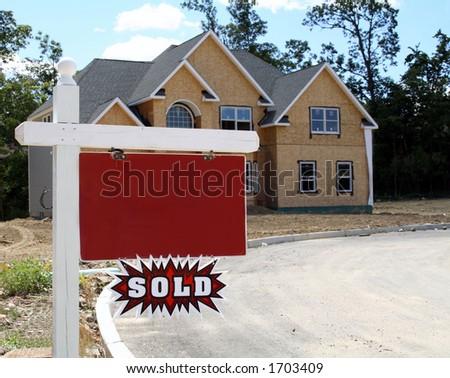 """A HOME nova que está sendo construída com sinal em branco do realtore """"vendeu"""" a chapa"""