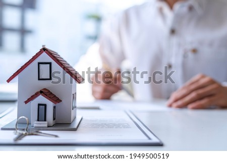 New homebuyers are signing a contract to buy or sell a home at an agent's desk to meet the deal, purchase contract concept. Or selling houses and land Photo stock ©