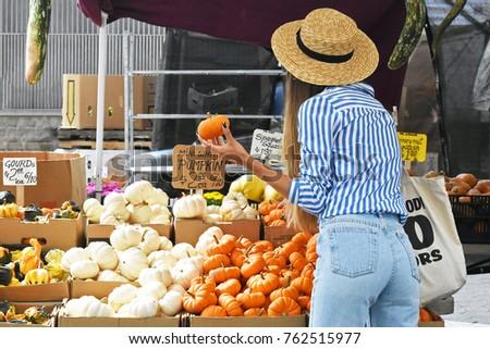 New York City - Fall 2017: Women looking at mini pumpkins at the farmer's market ストックフォト ©
