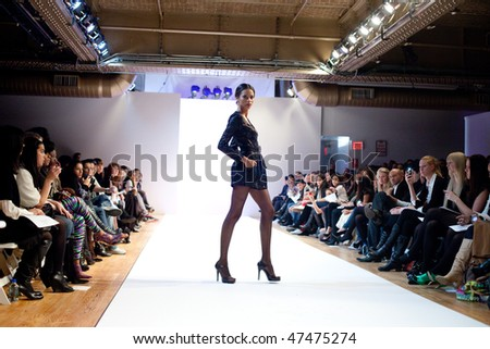 Llamas mi curiosidad (C. Gabihel)  Stock-photo-new-york-february-model-at-the-karen-sabag-runway-fashion-week-autumn-february-47475274