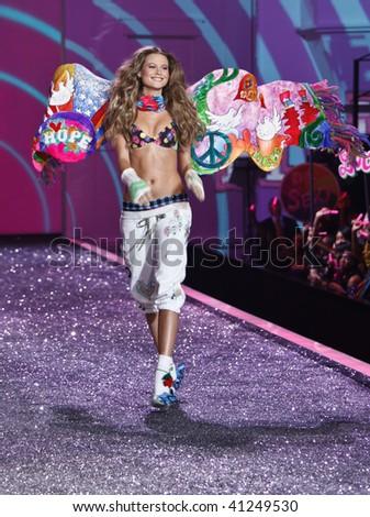 victorias secret fashion show model behati prinsloo