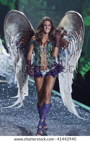 NEW YORK - NOVEMBER 19: Victoria's Secret Fashion Show model Izabel Goulart on November 19, 2009 at the Lexington Armory in New York City.