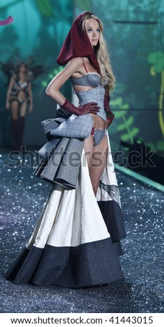 NEW YORK - NOVEMBER 19: Victoria's Secret Fashion Show model Lindsay Ellingson on November 19, 2009 at the Lexington Armory in New York City.