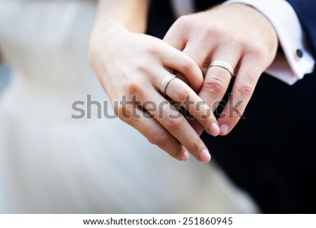 Newly wed couple\'s hands with wedding rings