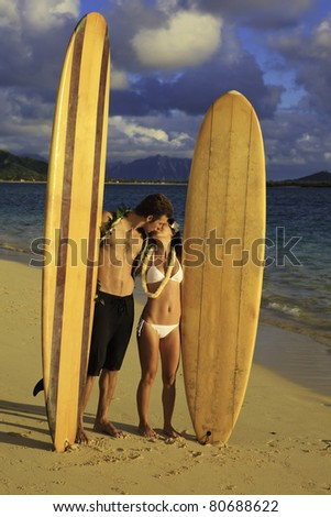 newlywed couple with their surfboards in hawaii