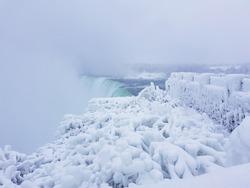 Niagarafalls behind frozen trees and bricks