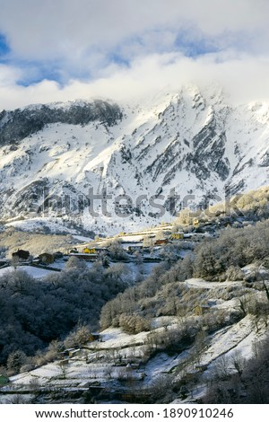 Nice snowy view of the Sierra del Aramo, located between the councils of Riosa and Quiros and that is included in the so-called central mountain of Asturias.The town seen in the photo is Muriellos. Stok fotoğraf ©