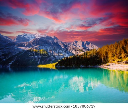 Nice view of the azure lake Oeschinensee. Location place European Alps, Kandersteg, Bernese Oberland, Switzerland, Europe. Popular tourist attraction. Photo wallpaper. Discover the beauty of earth. Foto stock ©