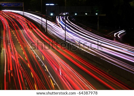 Night highway (Cars in a rush moving fast on a highway (speedway) .