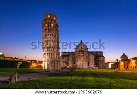 Night view of Pisa Cathedral (Duomo di Pisa) with the Leaning Tower of Pisa on Piazza dei Miracoli in Pisa, Tuscany, Italy Zdjęcia stock ©